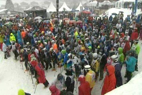138 équipes ont pris de départ sous la neige pour 24 heures de ski non-stop.