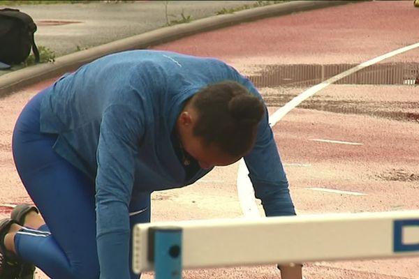 Solène Ndama au départ de 100 mètres haies à Poitiers.