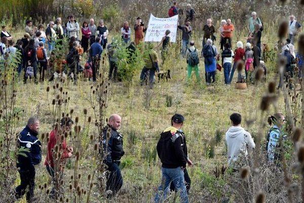 Les opposants se sont rassemblés en cercle sur le lieu où Rémi Fraisse a trouvé la mort.