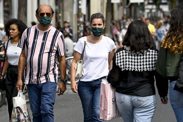 Un couple porte un masque lors d'une balade en ville - Photo d'illustration