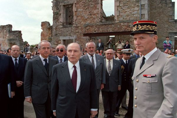 Le 10 juin 1994, François Mitterrand et le 1er ministre Edouard Balladur visitent le village martyr d'Oradour-sur-Glane