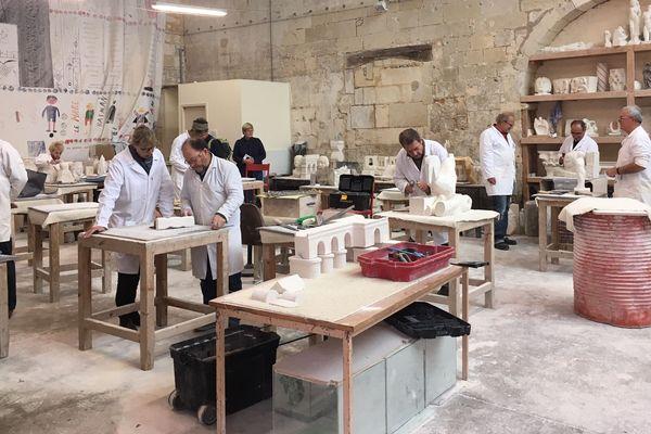 Une soixantaine d'adhérents participent chaque mercredi à l'atelier de sculptures proposé Chaque mercredi dans une ancienne chapelle du XIVe siècle.