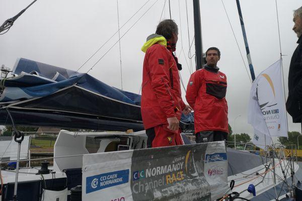 Le duo Axel Tréhin - Frédéric Denis à l'arrivée à Ouistreham ce vendredi 4 juin.