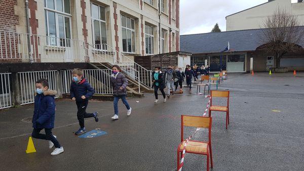 Les écoliers courent pour montrer qu'ils ont un coeur en bonne santé.