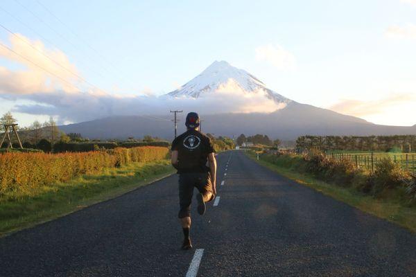 Théau sur une route quelque part en Nouvelle-Zélande