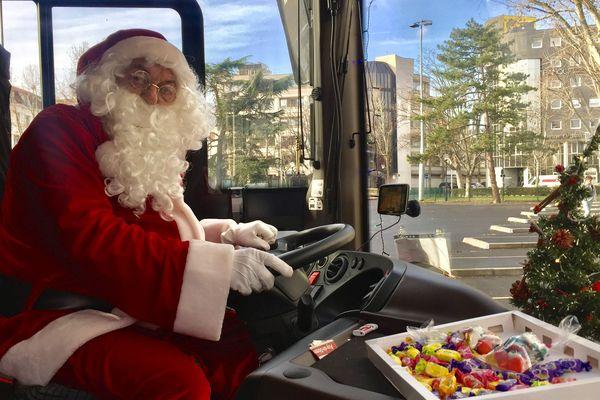 Michel, chauffeur de bus à Clermont-Ferrand, enfile la barbe du Père Noël tous les jours du 16 au 24 décembre.