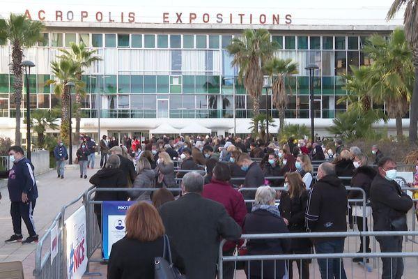Des centaines de Niçois font la queue le 9 avril pour se faire vacciner devant le palais des expositions à Nice.