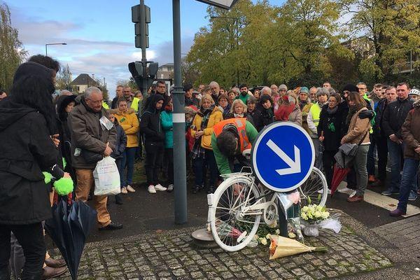 Un vélo peint en blanc et des fleurs en hommage à Grâce, la cycliste décédée dans un accident à Rennes