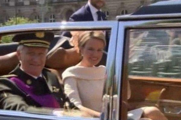 le nouveau couple royal se dirige vers le parlement