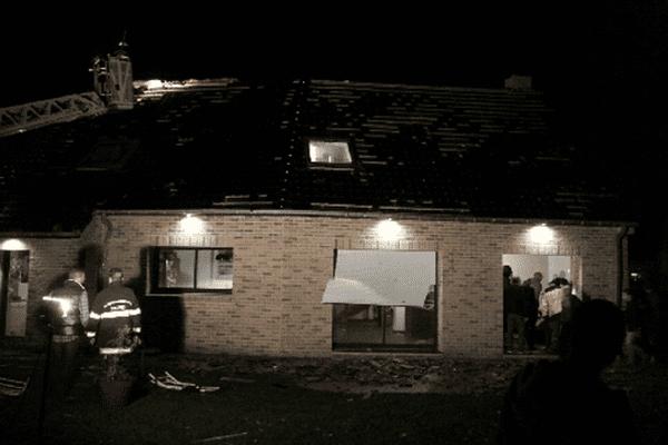 A Bailleul, ce dimanche soir. Les dégâts sur une maison : stores aspirés, grosses projections.