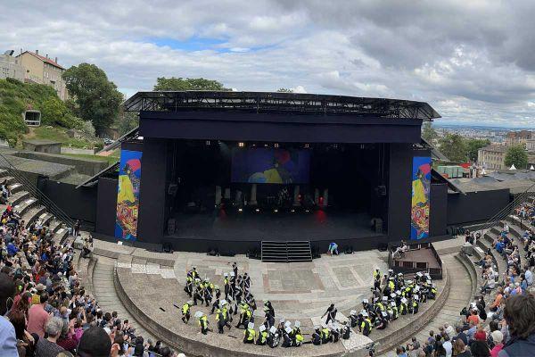Pour des raisons sanitaires, le défilé de la Biennale s'est transformé en spectacle amateur et professionnel au théâtre antique de Fourvière.