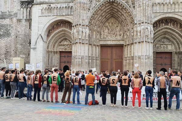 """""""Le Belvédère est à nu"""" annonce le message des manifestants à même leur peau."""