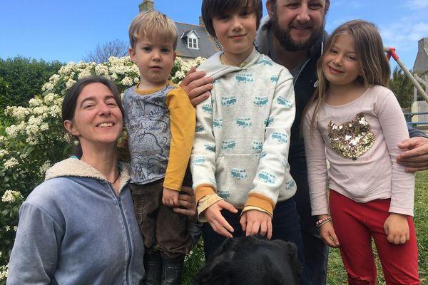 Sur l'île de Batz, la famille Toupoint : Marjolaine, Théodore, Azade, Nicolas et Philomène
