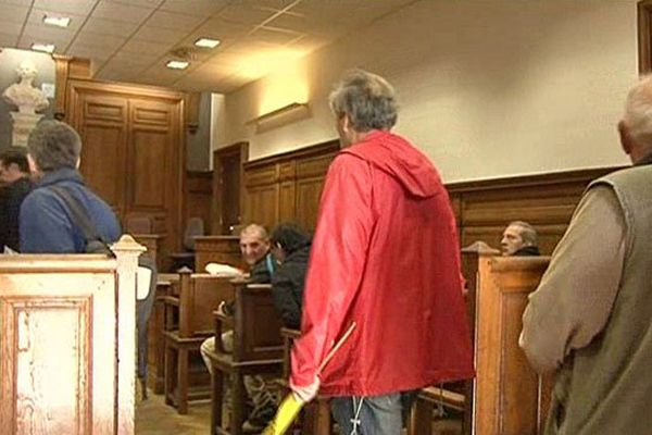 Les associations anti-nucléaire arrivent  dans la salle d'audience au tribunal de Dieppe