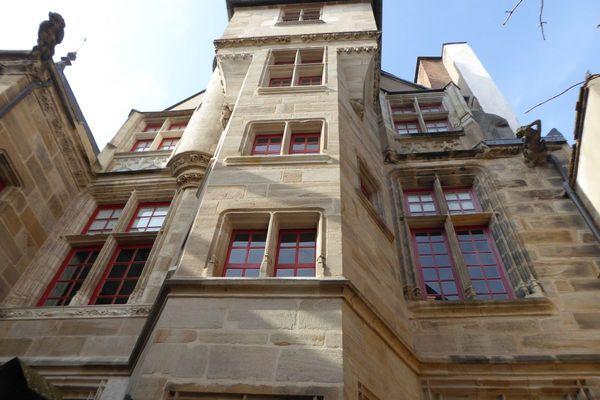 Dans la cour du Doyenné, les façades sont remarquables.