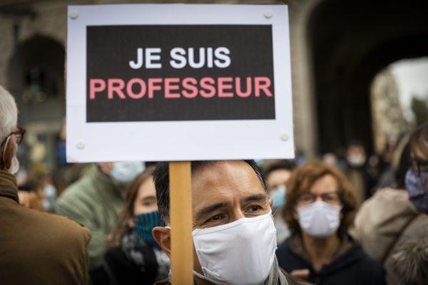 Des professeurs rendent une hommage spontané à Samuel Paty lors d'un rassemblement à Rennes le 17 octobre 2020.