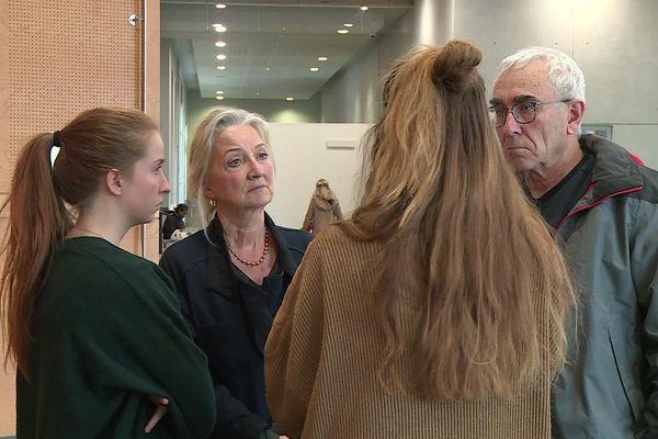 Des membres du Cercle des voisins lors d'une pause dans la salle des pas perdus du TGI de Toulouse.