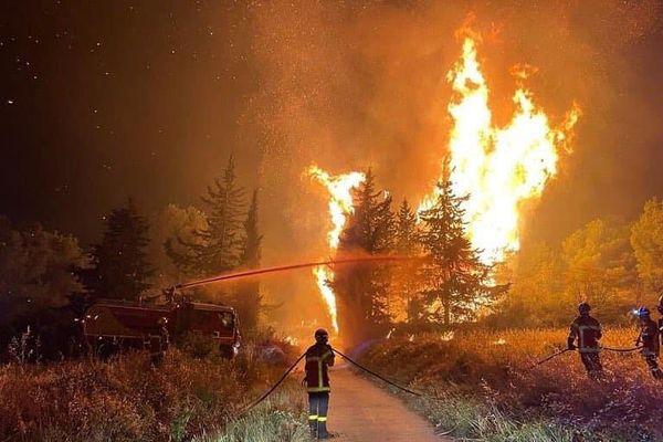 En raisons de la sécheresse et du vent, le feu de forêt qui s'est déclaré dans les environs de Moux (Aude) est resté très actif dans la nuit du samedi 24 juillet au dimanche 25 juillet 2021.
