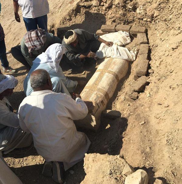 Le premier sarcophage en train d'être dégagé.