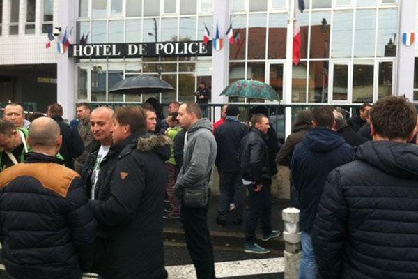 Une cinquantaine de sapeurs-pompiers sont venus soutenir un de leurs collègues convoqué à l'Hôtel de police de Caen ce lundi