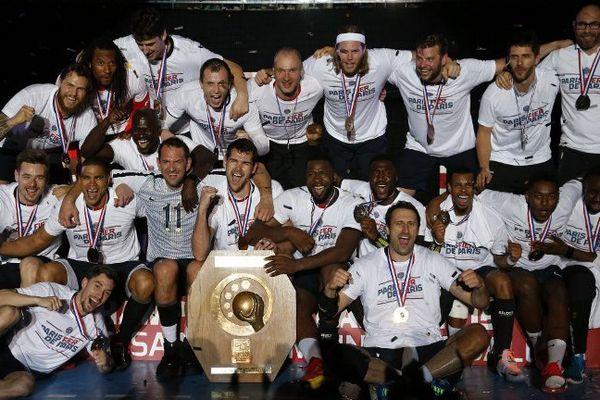 Les joueurs du PSG Handball fête le 2e titre de Champion de France du club.