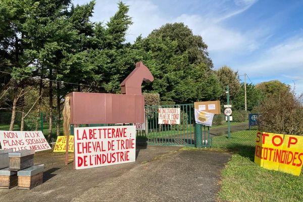 Un cheval de Troie de 3m de hauteur a été déployé devant la firme Bayer ce matin à Monbéqui (Tarne-et-Garonne).