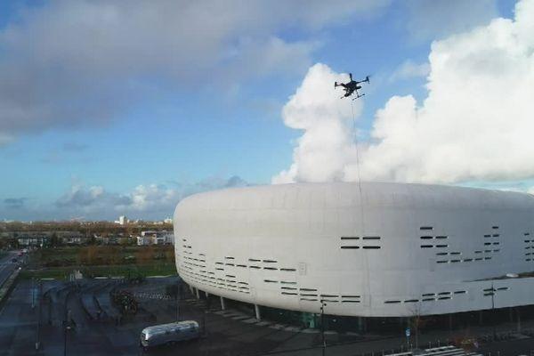 Grâce au câble qui le relie au sol, ce drone peut survoler la zone plus longtemps.
