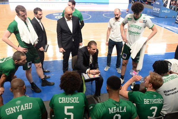 Le coach limougeaud Mehdy Mary et ses joueurs lors de la rencontre de la 16e journée de Jeep Elite entre la Chorale de Roanne et le Limoges CSP,  le 27 décembre 2019.