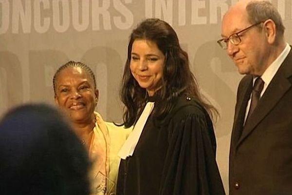 Yasmine Attia remporte le 25ème concours de plaidoiries des avocats du Mémorial de Caen, le dimanche 2 février 2014. Elle est entourée de Christiane taubira, Garde des Sceaux, et de Philippe Duron, maire de Caen et Président du Mémorial.