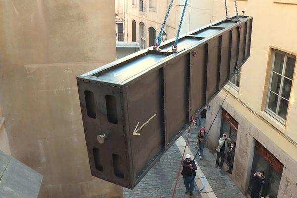 L'embarcation d'une largeur d'un mètre environ, mesure plus de six mètres, a été acheminée dans un sarcophage.