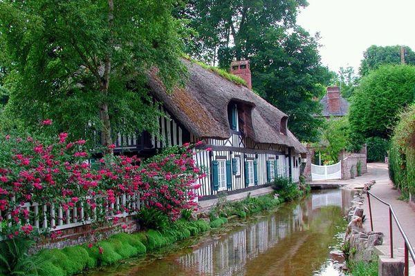 """Sur la Côte d'Albâtre, Veules-les-Roses, labellisé parmi les """"Plus Beaux Villages de France"""", bénéficiera d'un temps calme et très clément, en cette dernière journée de l'été 2020."""