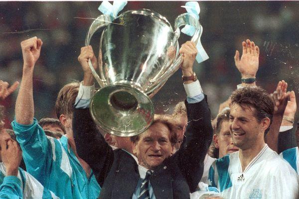 Raymond Goethals, entraîneur de l'OM soulevant la coupe aux grandes oreilles lors de la finale OM-milan AC en 1993