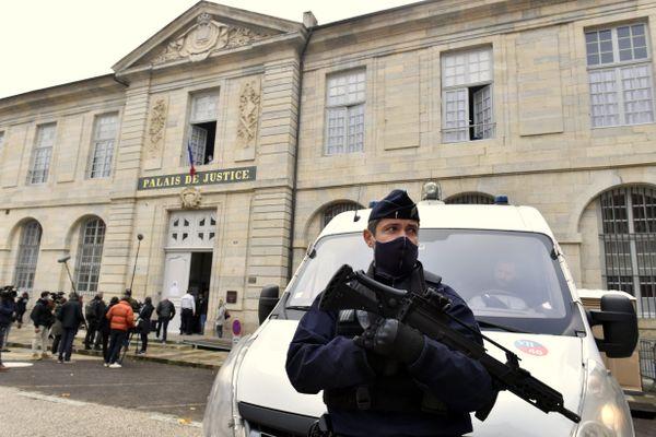 Les abords du palais de justice sont accessibles aux journalistes seulement et aux parties civiles et leurs avocats.