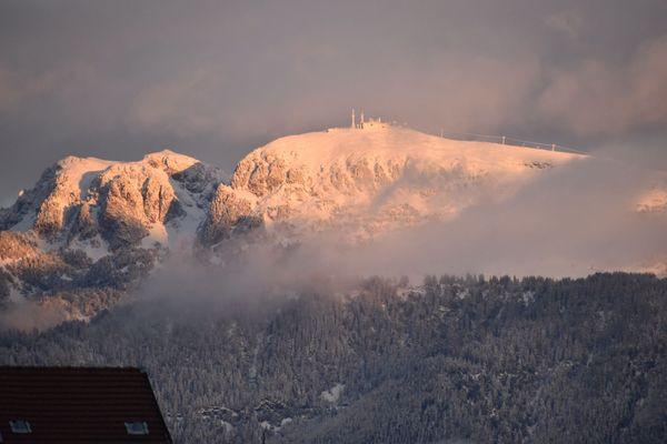 Chamrousse enneigée le jeudi 29 octobre 2020. A l'heure du reconfinement, ce n'est que des yeux depuis les balcons de la ville de Grenoble qu'on peut approcher son sommet