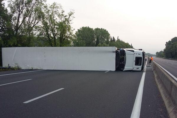 Un camion s'est couché sur l'autoroute A 9 provoquant sa fermeture à Nîme Est.