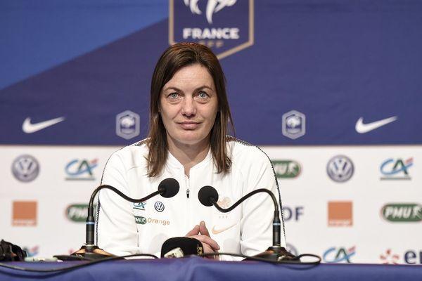 Corinne Diacre l'entraîneur des Bleues lors de la conférence de presse donnée à Perros-Guirec