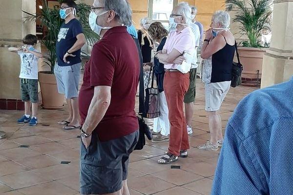 Réunis le premier jour dans le hall de l'hôtel, les touristes français ont appris qu'un médecin Italien infecté, avec sa femme malade également, se trouvaient parmi eux. Depuis c'est le confinement.