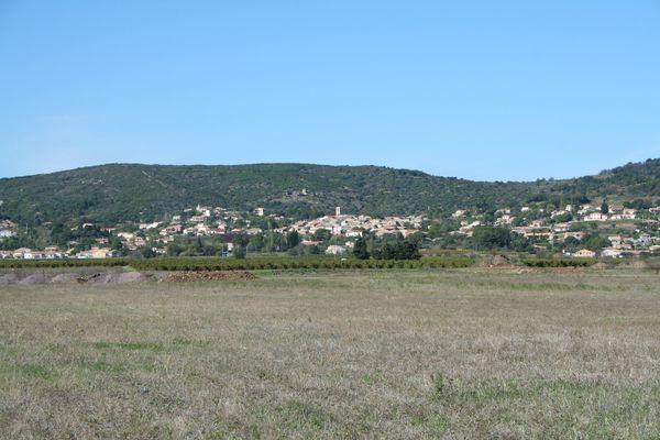 Le village de Péret, adossé à la garrigue, surplombe la vallée de l'Hérault non loin de Canet.