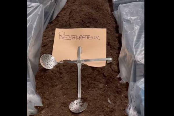 Sous de la terre fraiche, dans un cercueil, une croix faite avec ses écumoires plantée sur lui, il détaille les petits mijotés pour les clients