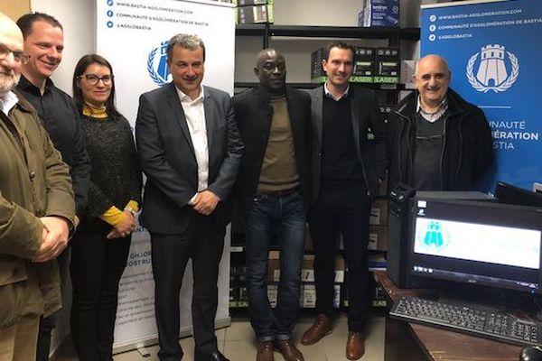 Grâce à Mamadou Faye (3e en partant de la droite), 40 unités centrales, 30 écrans et un lot de claviers et souris vont être envoyés au Sénégal.