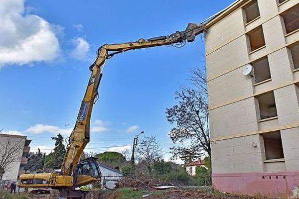 Montpellier - démolition du bâtiment G8 dans le quartier du Petit Bard - 9 janvier 2018.