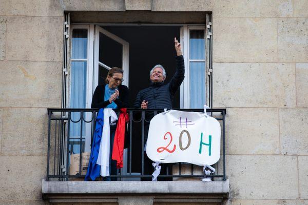 Depuis leurs balcons, les Français rendent hommage aux soignants lors du premier confinement.