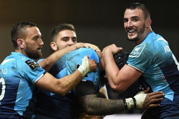 Les rugbymen de Montpellier reprennent la tête du classement ! Nemani Nadolo, Louis Picamole et le néo-zélandais Aaron Cruden se congratulent lors de leur victoire à domicile contre les parisiens du Stade Français.
