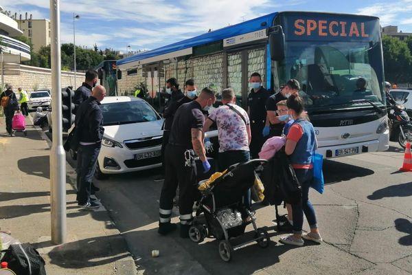 08/06/2020. Une centaine de personnes évacuées par bus après l'incendie d'un squat, dans un immeuble du diocèse à Marseille