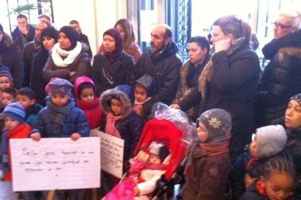 Dans l'Yonne, des parents d'élèves de l'école maternelle Paul-Bert dénoncent les conditions d'accueil des enfants qui ont été transférés dans un autre établissement suite à l'incendie de leur école.
