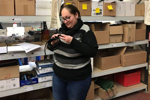 Charlotte Delandes, salariée de l'ESAT de Mondoubleau chargée d'assembler et d'expédier les accessoires Le Cuir est dans le Pré