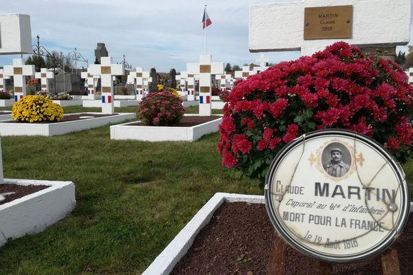 Le cimetière d'Issoire comporte un carré militaire d'une cinquantaine de tombes blanches, où reposent des tombes de Poilus.