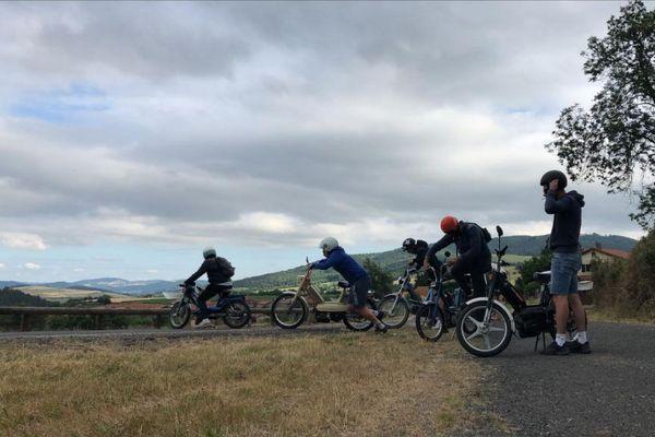 Samedi 11 juillet, neuf copains ont réalisé un road-trip à mobylette entre la Haute-Loire et l'Ardèche.