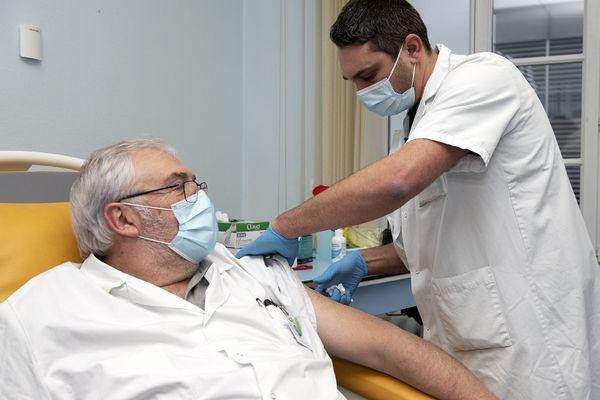 Le Professeur Mercat, chef du service de réanimation du CHU d'Angers reçoit l'une des premières vaccinations contre le coronavirus en Pays de la Loire.