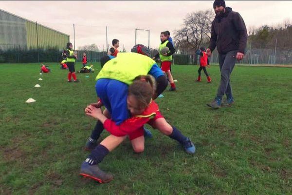 La technique du plaquage bas est enseignée aux enfants au rugby Evreux AC
